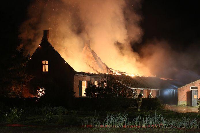Bij de woningbrand in Huijbergen werd asbest aangetroffen in het dak.