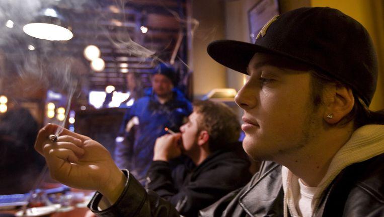 Een man rookt cannabis in een Amsterdamse coffeeshop. Beeld Archiefbeeld/ANP