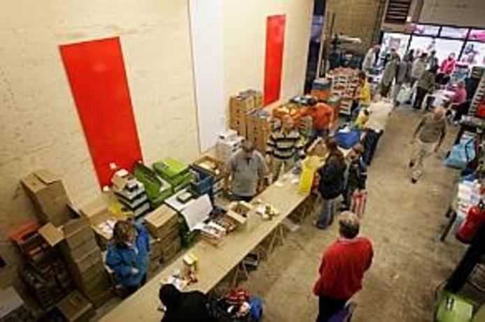 Voedselbank Goed Ontmoet zamelt dit jaar bij 39 supermarkten in West-Brabant en op Tholen extra boodschappen in om minderbedeelden een kerstpakket te kunnen bezorgen.