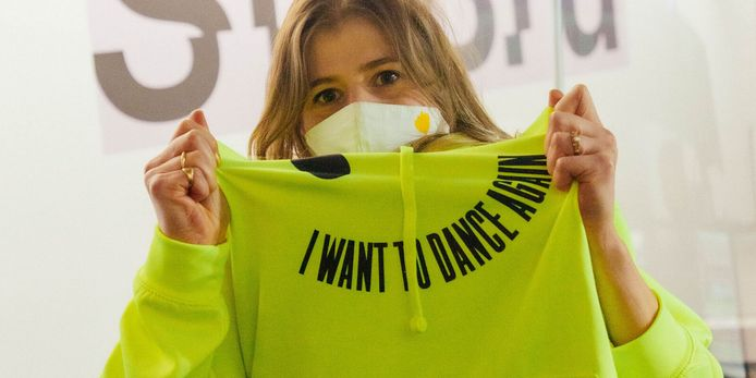 Presentatrice Eva De Roo in aangepaste hoodie.