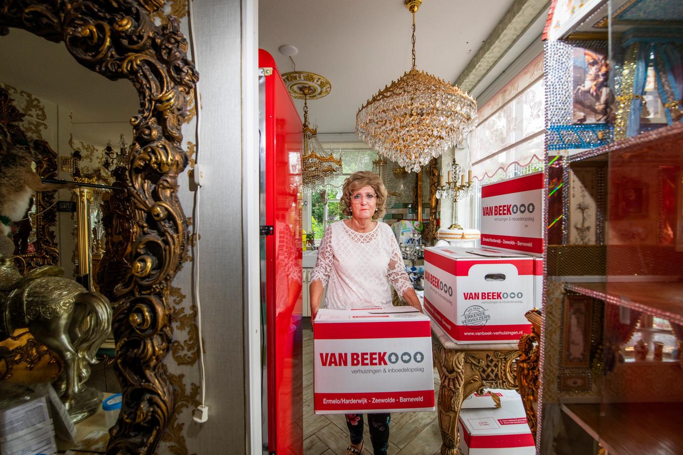 Caroline Smeehuijzen heeft geen vertrouwen meer in haar huurwoning. Ze verlaat de omstreden nieuwbouwwijk Driesprong in Ermelo, waar prefab huizen tot veel ellende leidden.