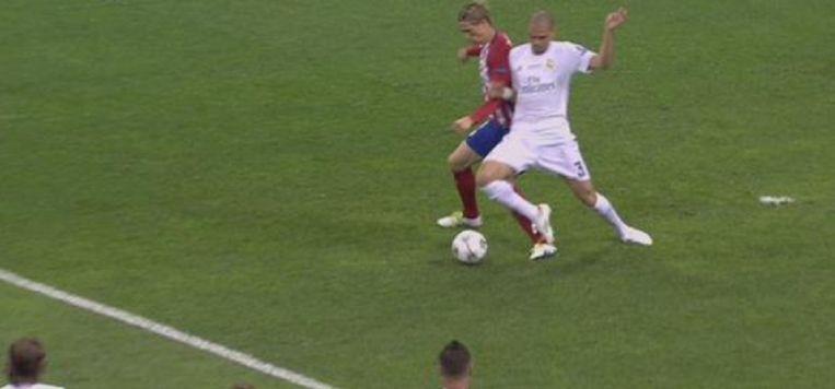 De penaltyfout van Pepe op Torres.