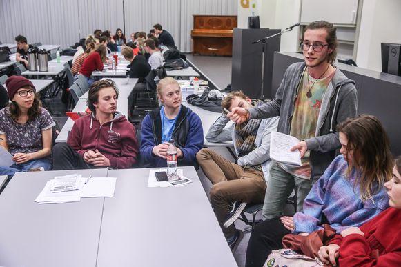 Yuni Mertens legt uit wat de bedoeling is van de vergadering