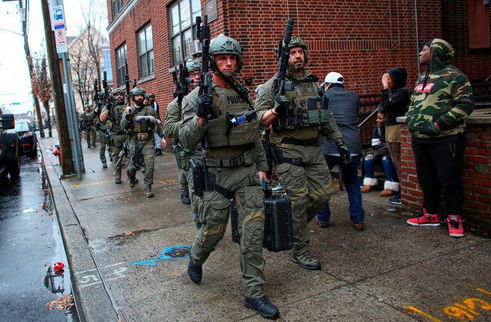 Des centaines de policiers venus de tout l'Etat du New Jersey et de New York ont été déployés dans les rues, souvent armés jusqu'aux dents, et des dizaines de véhicules d'urgence déployés sur plusieurs rues.