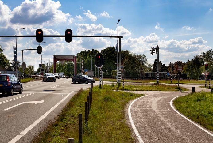 De Beekse brug met rechts de Bosscheweg. Nu verleggen van het kruispunt geen optie is om de fileproblemen op te lossen, zoekt de provincie de oplossing toch in afsluiting van de sluiproute.