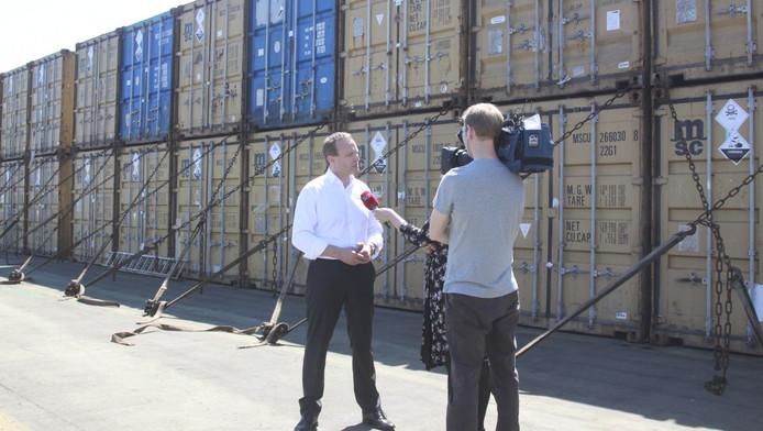 De Deense minister van Buitenlandse Zaken staat de pers te woord over de Syrische containers met chemische stoffen op een Deens vrachtschip.