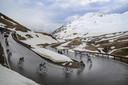 Het peloton in de Alpen.
