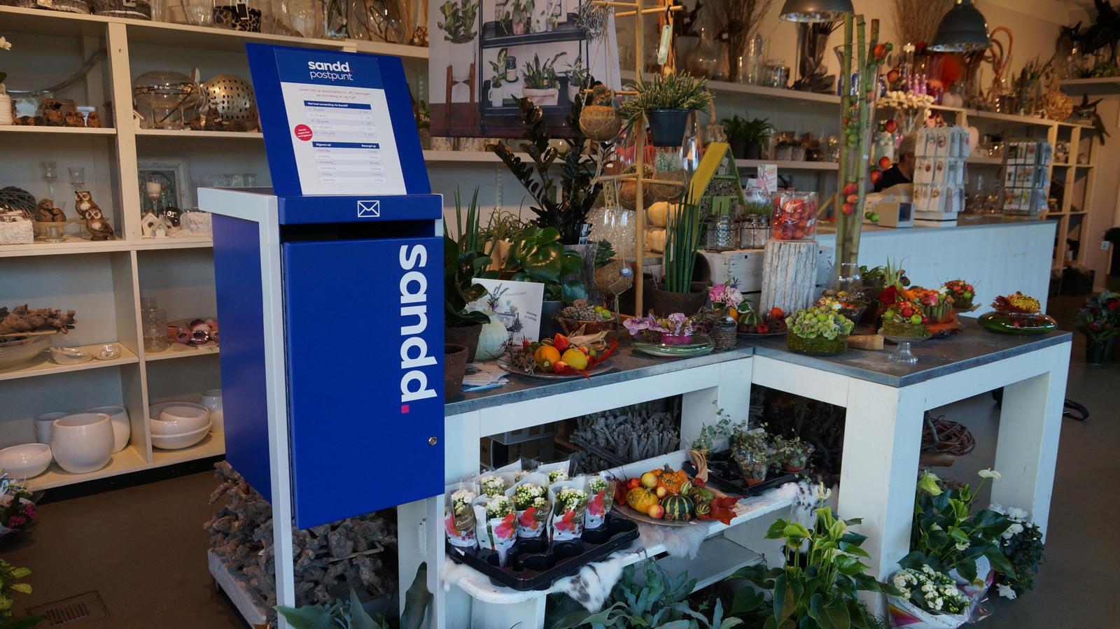 Een brievenbus van Sandd bij bloembinderij Bruin en Prins, Zwijndrecht