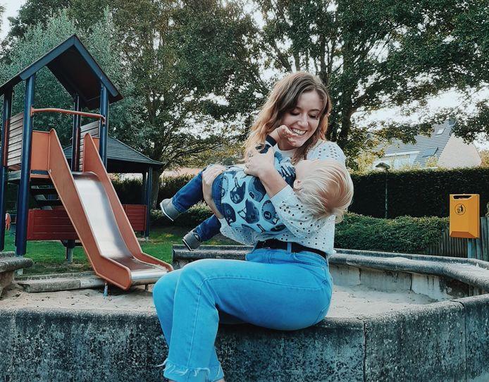 Savannah met haar zoontje.