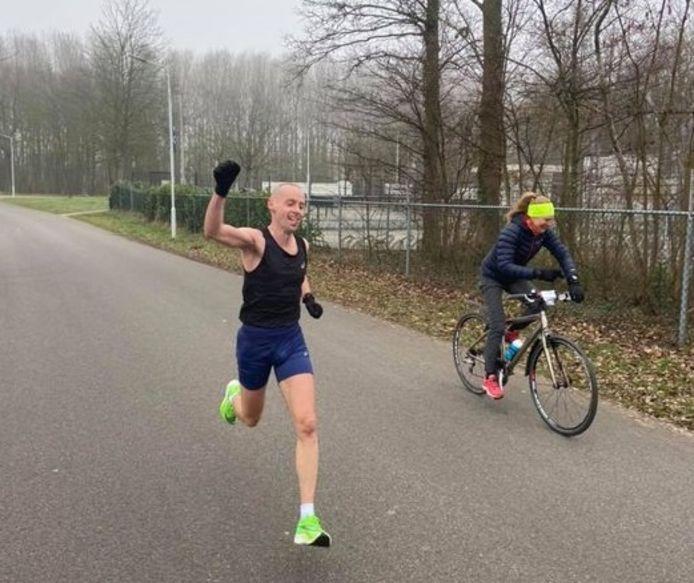 Jeroen Kramer finisht in Axel, begeleid door zijn vriendin.