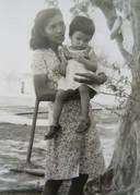 Charlotte Johann met haar moeder in Surabaya, enkele jaren voor haar eenzame tocht naar Nederland.