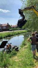 Een man is dinsdagmiddag tijdens het grasmaaien van een oever in Presikhaaf in de sloot beland