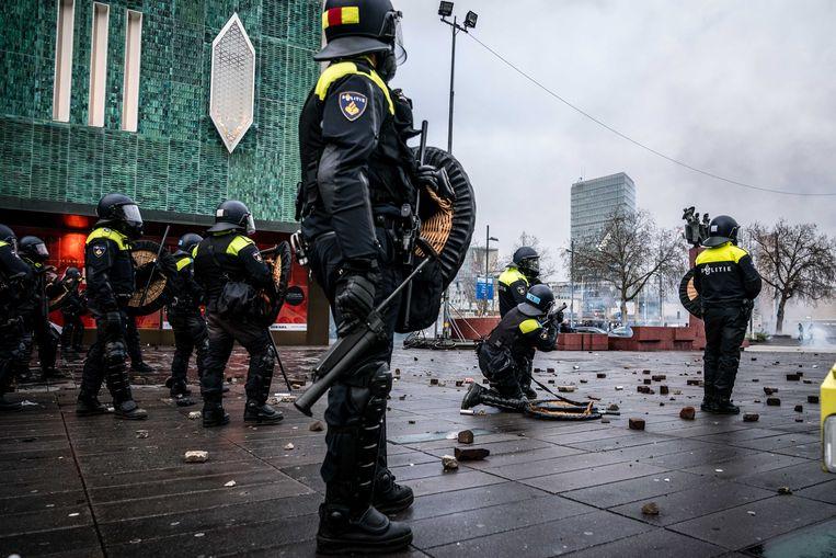 Demonstranten worden door de politie van het 18 Septemberplein verwijderd.  Beeld ANP