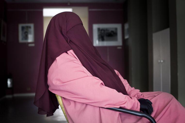 Een moslima in boerka poseert in Brussel. Beeld Bas Bogaerts