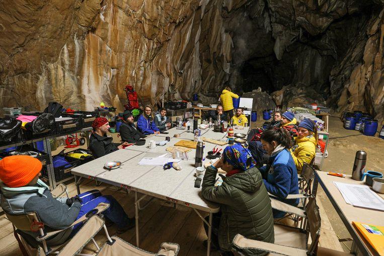 De vijftien Fransen die overleven in een vochtige grot in de Pyreneeën.  Beeld AP