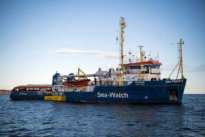 De Sea-Watch 3 wacht al weken in Maltese wateren op een veilige haven om aan te meren.