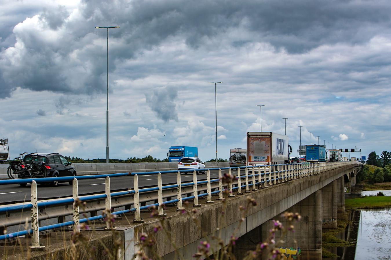 De lantarenpalen op de A1, van op- en afrit Deventer tot en met de IJsselbrug, branden al bijna drie maanden dag en nacht.
