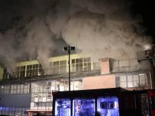 Brandweer uren bezig met blussen van brand in Eerbeek: fabriekspand gaat geheel verloren