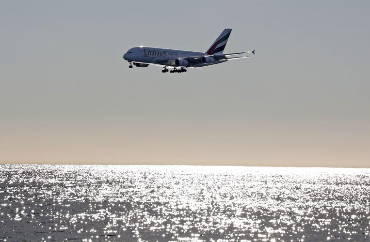 Een Airbus A380-800 bereidt zich voor op de landing in Nice in Frankrijk. Beeld REUTERS