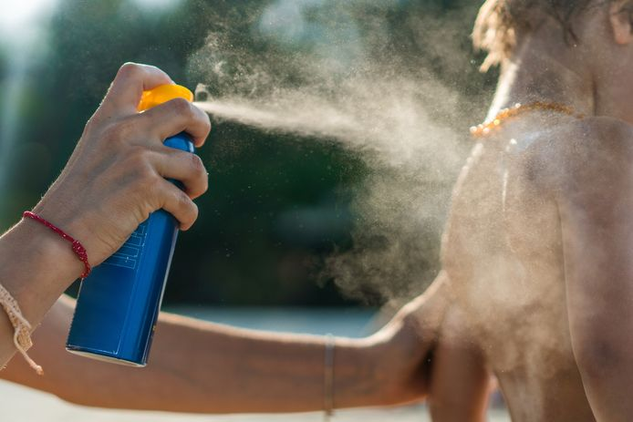 Moet je zonnecrème na twaalf maanden al in de vuilnisbak kieperen? Dermatoloog Thomas Maselis zegt van niet.