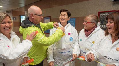 Actie voor geestelijke gezondheid: schepenen laten zich in station van Oudenaarde versieren met stickers vol complimentjes