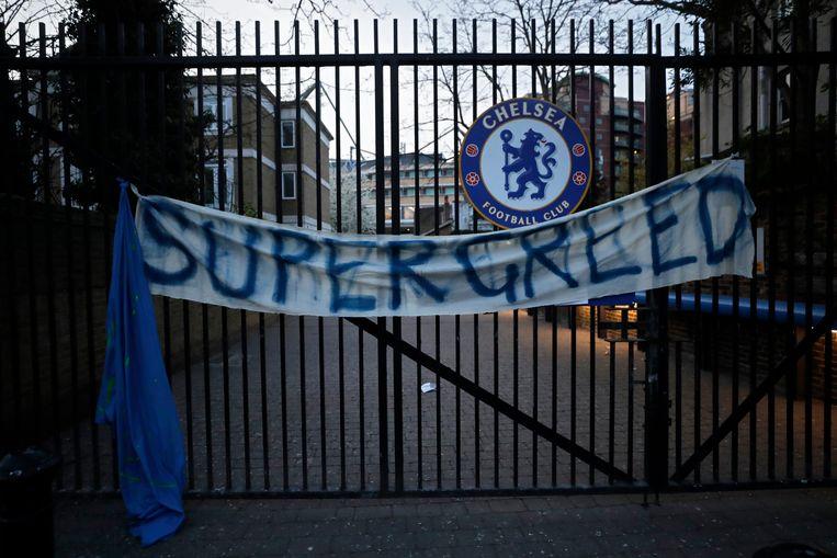 Een spandoek buiten Stamford Bridge.  Beeld AP