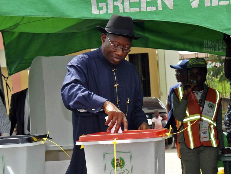 De Nigeriaanse president Goodluck Jonathan brengt zijn stem uit. Beeld ap