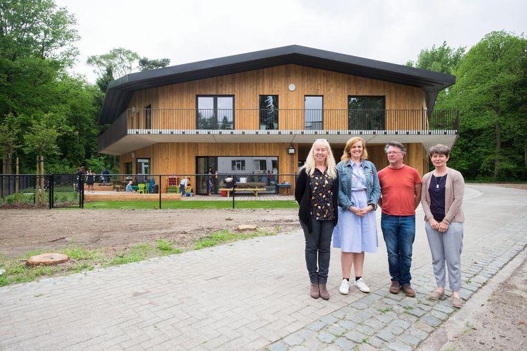 Hilde Swinnen, Joke Arnouts, Peter Daniels en Marie Marthe Leus voor het nieuwe schoolgebouw.