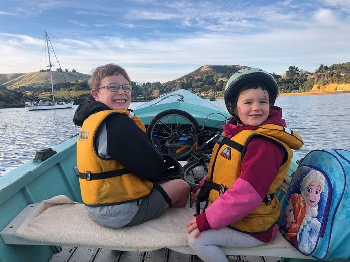 Courants forts, vents violents ou vagues déferlantes, tous les matins Noah et Lucia vont à l'école en bateau.