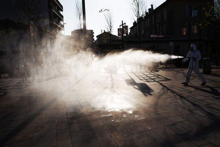 Een straat in de zuidelijke Franse stad Cannes wordt gedesinfecteerd. Beeld AFP