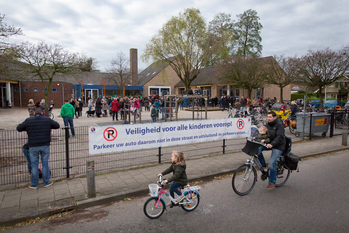 Archieffoto: De Donatusschool in Bemmel voordat het autoverbod werd ingevoerd.