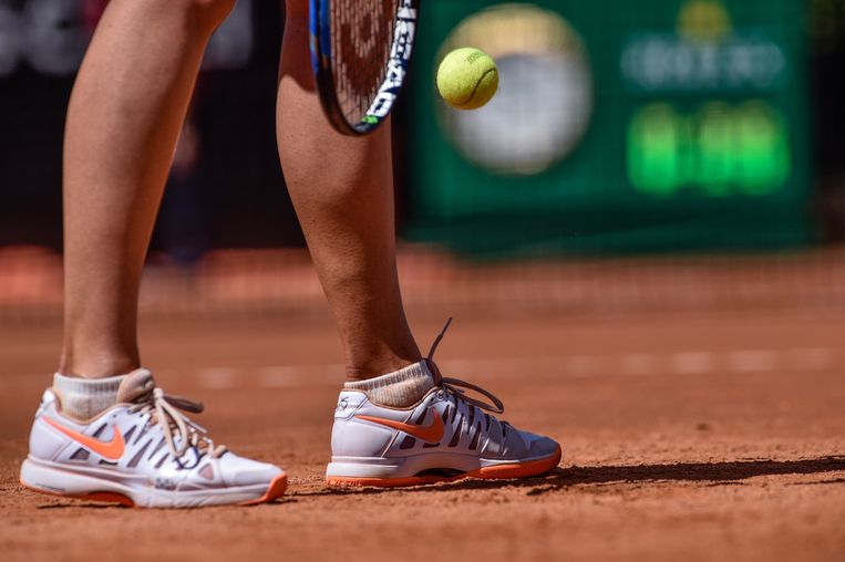 Aan het grandslamtoernooi van Roland Garros mag Sjarapova niet meedoen. Ze probeert zich wel voor Wimbledon te plaatsen via de kwalificaties. Beeld Photo News