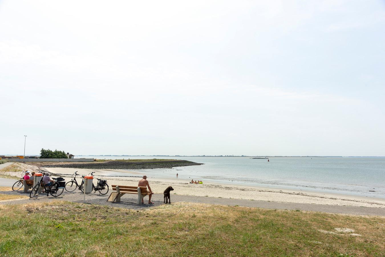 Er liggen nog niet veel badgasten op het strand van Hansweert.