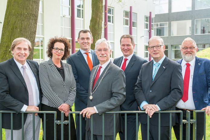 Wethouder Jan Aalbers (r) en ex-burgemeester Hans van der Hoeve (m) samen met het net gevormde college van B en W in 2014. Beiden zijn na integriteitsonderzoek vrij bevonden van blaam.