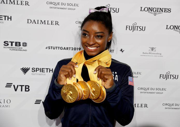 Simone Biles met de 5 gouden medailles die ze op WK van 2019 won.