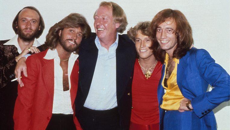Robert Stigwood in 1979 te midden van de gebroeders Gibb. Van links af: Maurice, Barry, Andy en Robin. Beeld Hulton Archive