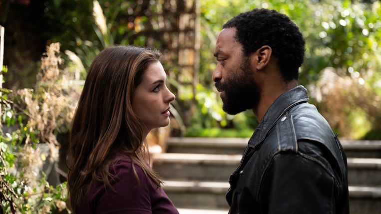 Anne Hathaway en Chiwetel Ejiofor in 'Locked Down'. Beeld RV