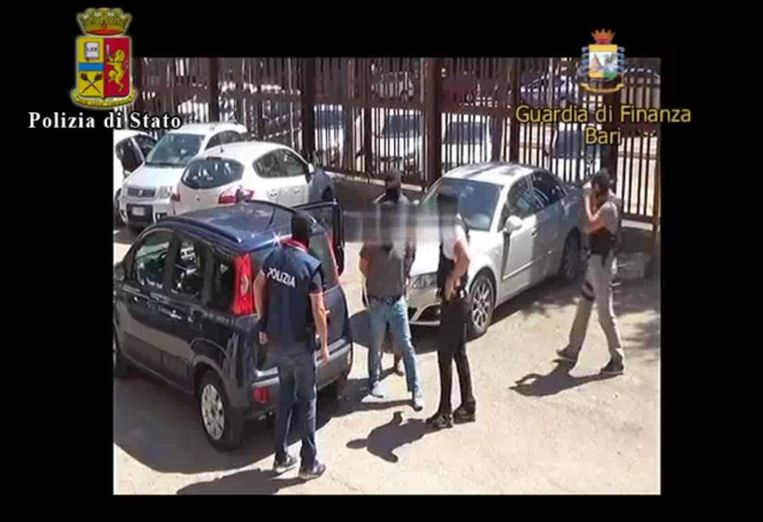 Een beeld uit de arrestatievideo die door de Italiaanse politie werd verspreid. Beeld EPA