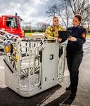 Ilse Kloot (links) en Caren Frentz zijn een van de spaarzame vrouwen bij de brandweer in Zuid-Holland Zuid. ,,Het potentieel aan goede brandweervrouwen is er zeker. Maar we moeten goed zoeken en op de juiste manier en toon aanspreken.''