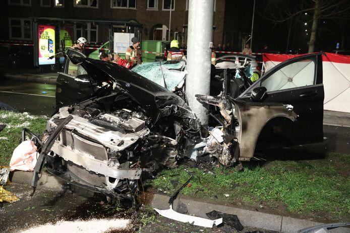 Het wrak van de Mercedes na de aanrijding op de Johan de Wittlaan in Arnhem.