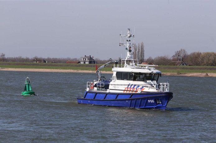 Een politieboot op de Waal. De foto dient ter illustratie.