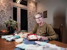 Paula breit vestjes voor baby's in India en krijgt volop knopen toegestuurd: 'Dit had ik echt niet verwacht'