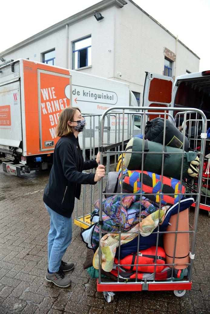 De Kringwinkel zamelt voor vierde jaar op rijd slaapzakken in voor daklozen.