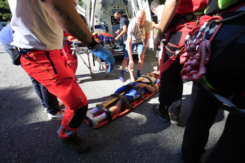 Remco Evenepoel wordt weggebracht na zijn val in de Ronde van Lombardije, afgelopen zaterdag. Beeld Photo News