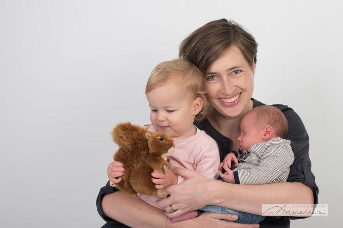 Anke Verweijen met haar kinderen Robin en Timo. foto: Annelies van den Berg