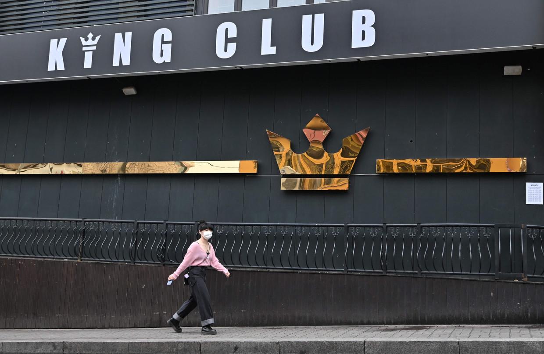 De King Club in het Itaewon-district in Seoul. Het uitgaansgebied moest begin deze maand weer dicht toen er een nieuwe corona-uitbraak dreigde.  Beeld AFP
