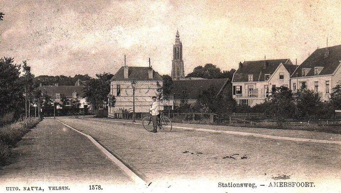 Stationsweg in 1900. Aan het eind stond een tolhuis. In dit pandje zat destijds bloemist L. Kortbeek.