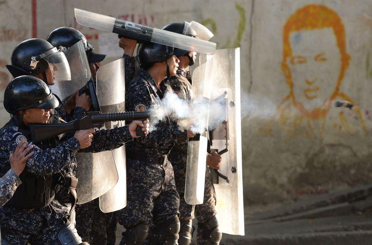De oproerpolitie sloeg deze week in Caracas demonstraties neer tegen het bewind van president Maduro. Beeld AFP