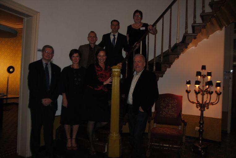Luc Schelfhout, Hilde De Kock, Ise Criel en Joost Van Hyfte met een delegatie van heemkunde Oost-Vlaanderen en schepen Kristof Stevelinck.