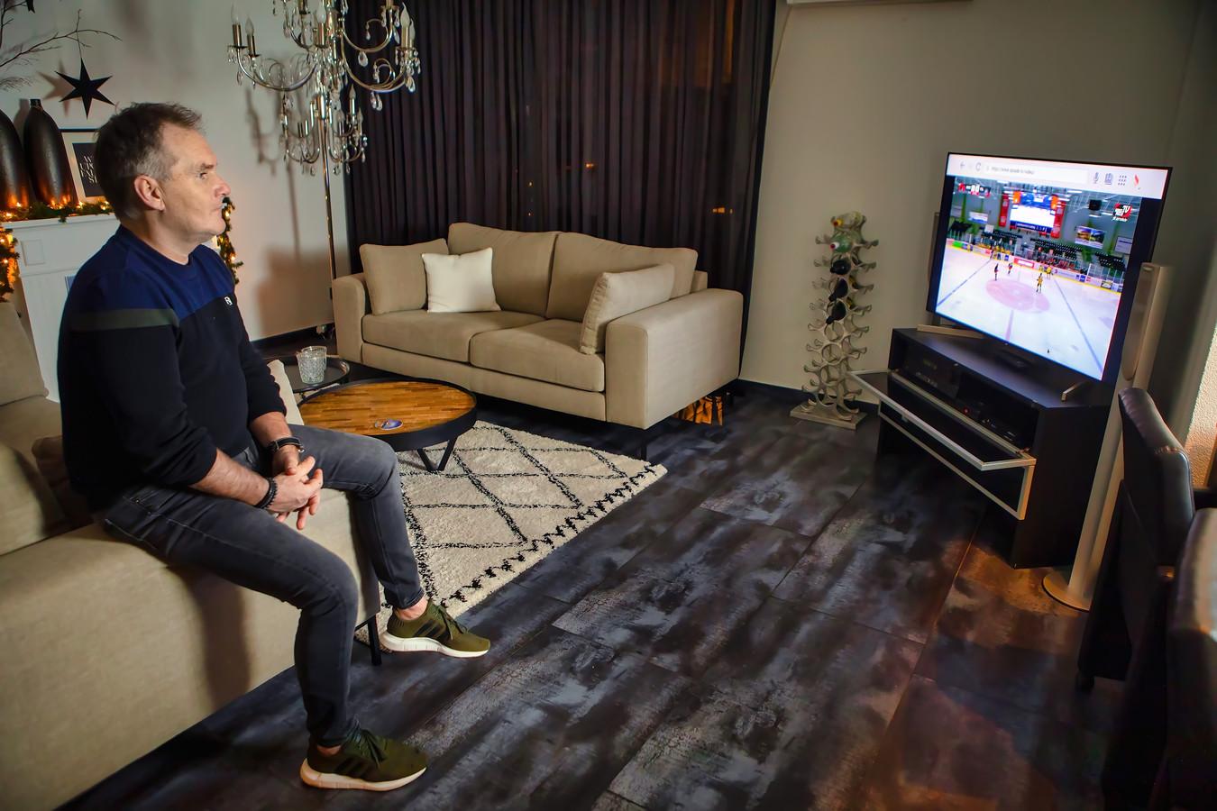 John Maes kijkt thuis naar de livestream van de wedstrijd van zijn club.